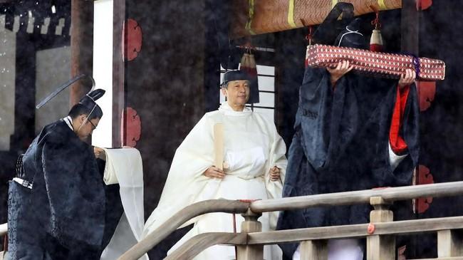 Di Kuil Kashikodokoro, Naruhito harus berdoa kepada Amaterasu atau Dewa Matahari. (Kyodo News via AP)