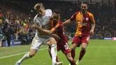 Toni Kroos sedang berupaya melewati Yuto Nagatomo. Gelandang asal Jerman itu mencetak gol tunggal kemenangan Real Madrid atas Galatasaray di Stadion Turk Telekom, Istanbul, Turki. (AP Photo)