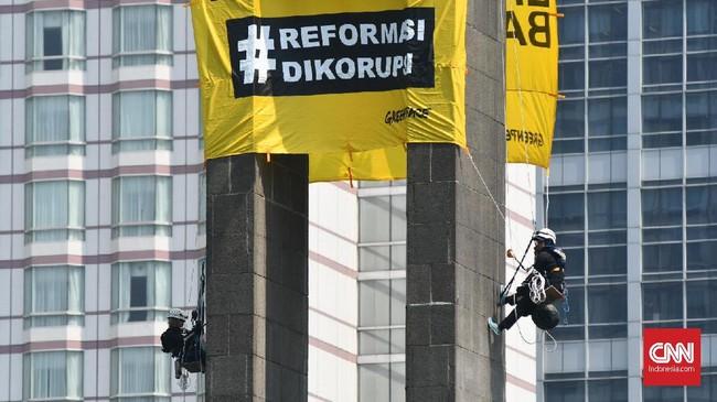 Aksi ini ditujukan kepada Presiden Joko Widodo (Jokowi) yang baru saja dilantik untuk periode kedua pada 20 Oktober 2019 yang menyerukan isu lingkungan. Juga sebagai kritik atas dugaan reformasi tengah dikorupsi karena penguatan oligarki di tingkat kekuasaan Indonesia. (CNN Indonesia/ Daniela Dinda)