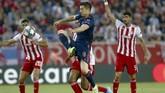 Robert Lewandowski mencetak dua gol ke gawang Olympiakos. Bayern Munchen membukukan kemenangan 3-2. Sementara Lewandowski memimpin daftar top skor Liga Champions. (AP Photo/Petros Giannakouris)