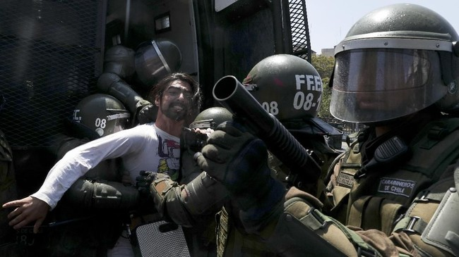 Amuk massa di Chile diduga adalah akumulasi kekecewaan rakyat terhadap pemerintah selama bertahun-tahun. (AP Photo/Esteban Felix)