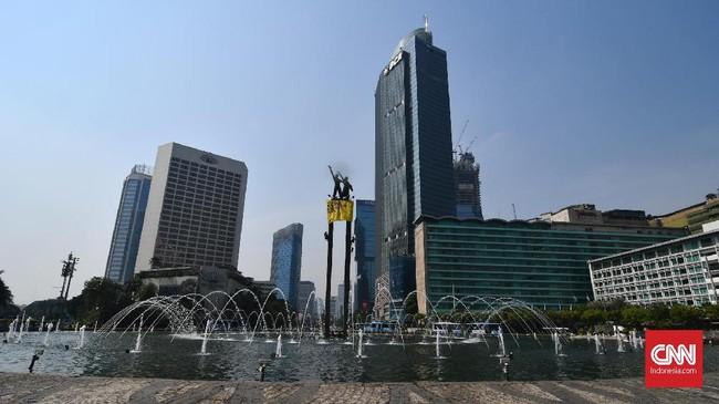 Spanduk raksasa juga terlihat dibentangkan aktivis di Patung Selamat Datang, Jakarta Pusat, Rabu (23/10). (CNN Indonesia/ Daniela Dinda)