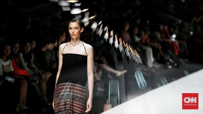 Sebanyak 48lookditampilkan dengan mengejawantahkan wastra Nusantara ke dalam bentuk mode kontemporer.(CNN Indonesia/ Andry Novelino)