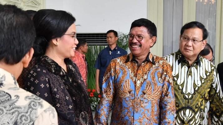 Diantaranya yang menarik perhatian adalah Prabowo Subianto yang resmi menjadi Menteri Pertahanan dan Sri Mulyani Indrawati yang tetap menjadi Menteri Keuangan.