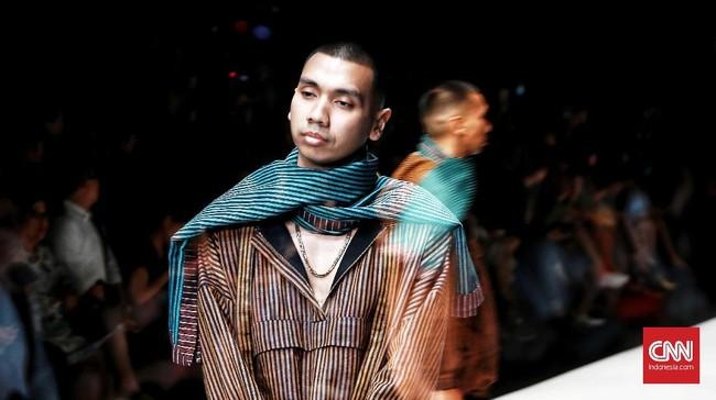 Kain lurik, batik, songket, dan tenun tak lagi kaku. Mereka menjelmaouter, jumpsuit,serta ragam potongan lain yang lebih kasual dan modern.(CNN Indonesia/ Andry Novelino)