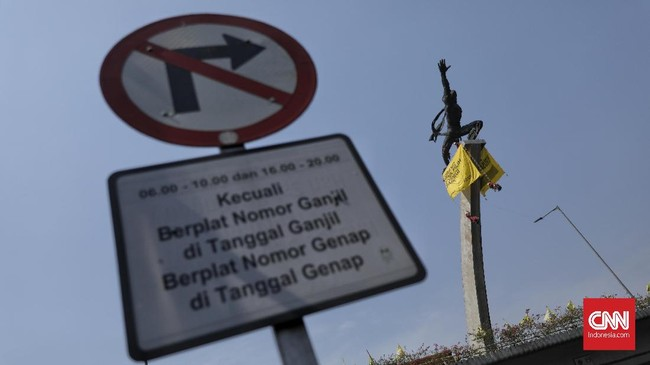 Patung Dirgantara yang berada di simpang Pancoran adalah salah satu ikon Jakarta sebagai ibu kota RI. (CNN Indonesia/Bisma Septalisma)