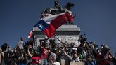 Aksi unjuk rasa warga Chile menentang kenaikan harga tiket transportasi umum sejak 18 Oktober berujung kerusuhan. (Photo by Pedro UGARTE / AFP)