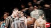 Setelah vakum dari panggung mode selama beberapa tahun terakhir, Oscar kembali membuktikan tajinya di atas panggung JFW 2020 dengan koleksi bertajuk 'I Am Indonesian The Future: Aku dan Kain'. (CNN Indonesia/ Andry Novelino)