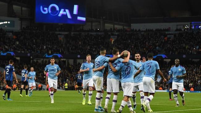 Sempat tertinggal dari Atalanta, Manchester City meraih kemenangan 5-1. Sergio Aguero mencetak dua gol, dan Raheem Sterling memborong tiga gol. (Photo by Paul ELLIS / AFP)