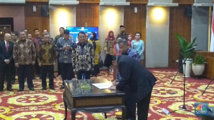 Menko Perekonomian Jilid I Darmin Nasution menyarankan kepada Menko Perekonomian Jilid II, Airlangga Hartarto agar bisa dengan cepat memahami inflasi.