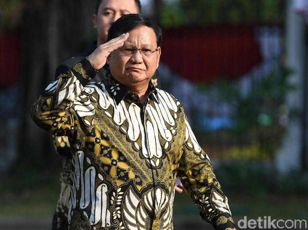 Gaya Hormat Prabowo Saat Hadiri Pengumuman Menteri Jokowi