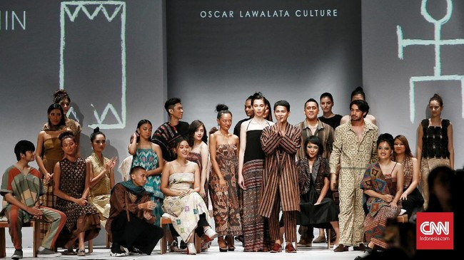 Peragaan busana desainer Oscar Lawalata dan label Sejauh Mata Memandang besutan Chitra Subyakto menjadi penampilan pamungkas pada hari pertama ajang Jakarta Fashion Week (JFW) 2020 di Senayan City, Jakarta, Selasa (22/10) malam. (CNN Indonesia/ Andry Novelino)
