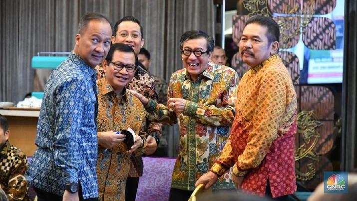 Jokowi pada Juli lalu sempat bilang bahwa akan memilih menteri usia 20 -25 tahun, tapi tidak ada nyatanya