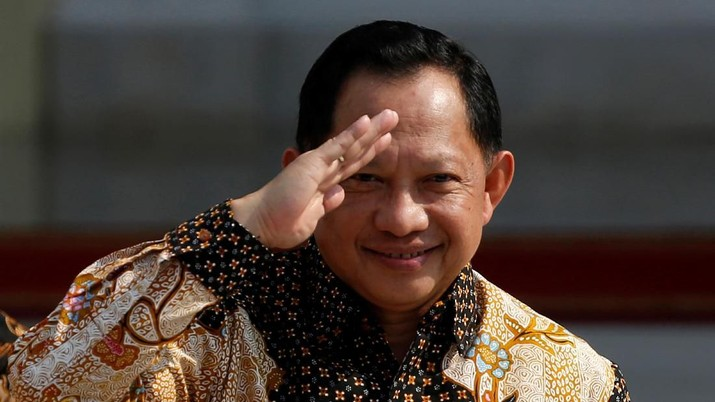 Newly appointed Indonesian Home Affairs Minister Tito Karnavian, former Indonesian Police Chief, greets journalists during the announcement of the new cabinet at the Merdeka Palace in Jakarta, Indonesia, October 23, 2019. REUTERS/Willy Kurniawan