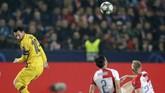 Barcelona kini semakin kokoh di puncak klasemen dengan koleksi tujuh poin atau unggul tiga angka dari Inter Milan yang menguntit di posisi kedua. (AP Photo/Petr David Josek)