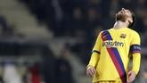 Lionel Messi meratapi kegagalan mencetak gol kedua ke gawang Slavia Praha.La Pulga jadi salah satu pemain yang selalu dikawal pergerakannya.(AP Photo/Petr David Josek)