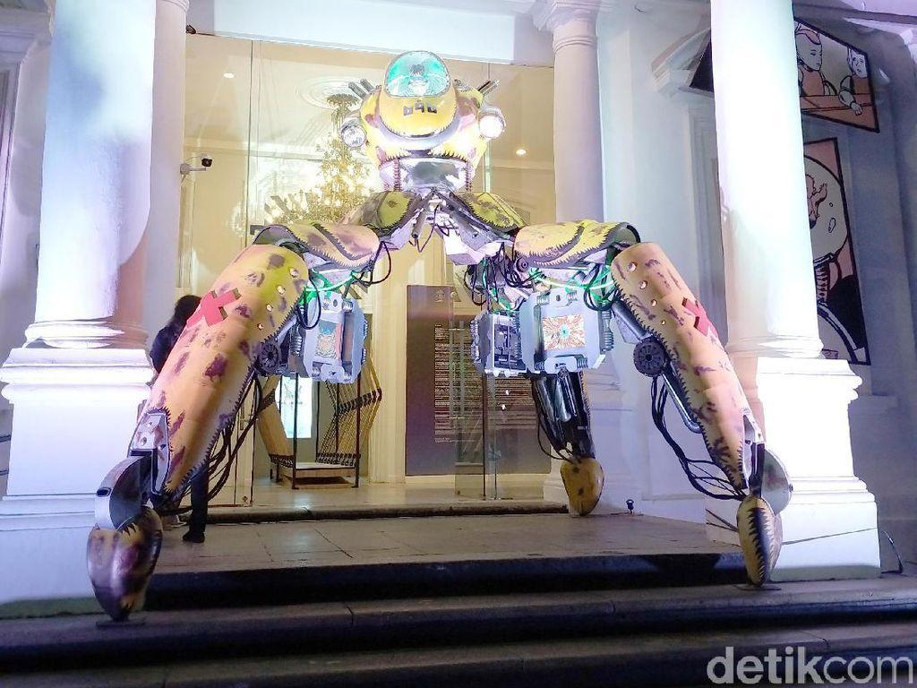 Bagian depan Galeri Nasional Indonesia dihiasi oleh karya seni robot ciptaan Dwiky KA. Foto: Tia Agnes/ detikHOT