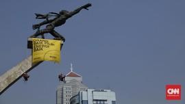 Lima Relawan Greenpeace Pemanjat Patung Pancoran Dibebaskan
