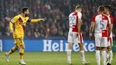 Barcelona akhirnya berhasil mencetak gol kedua di menit ke-57 berkat gol bunuh diri Peter Olayinka.(AP Photo/Petr David Josek)