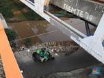 Penampakan Jalan Rusak Parah di Pinggir Kali Bintaro Jaya