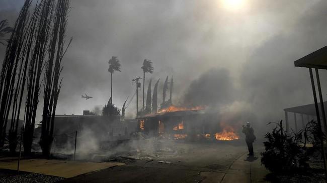 Petugas pemadam kebakaran menyatakan bahwa api pertama kali menyala di dekat Santa Clarita, sekitar 65 kilometer dari Los Angeles. (Jennifer Cappuccio Maher/The Orange County Register/SCNG via AP)