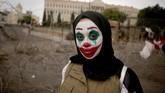 Seorang perempuan Lebanon yang wajahnya dipulas oleh karakter Joker turut serta dalam aksi protes di Beirut. (Photo by Patrick BAZ / AFP)