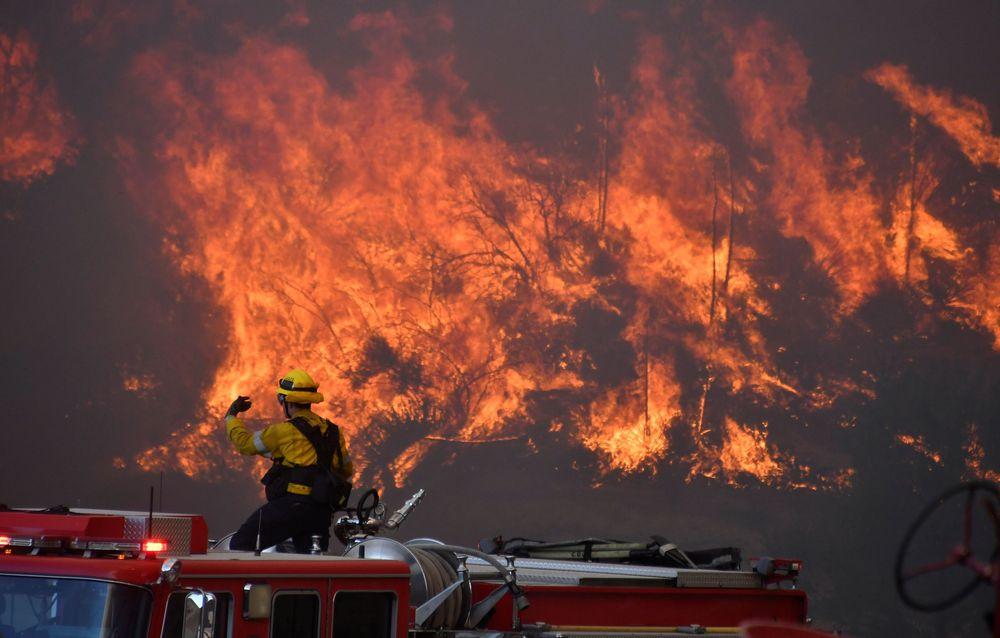 Ribuan orang dievakuasi secepatnya karena kebakaran hutan yang terjadi dari Rabu (23/10/19) malam.