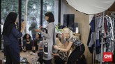 British Council melibatkan model dan seniman disabilitas dalam pertunjukan kolaborasi antara label mode Cotton Ink dan studio seni asal Inggris, Intoart, dalam ajang Jakarta Fashion Week (JFW) 2018. (CNNIndonesia/Adhi Wicaksono)