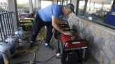 Para penduduk California terpaksa mencari sumber listrik secara mandiri salah satunya dengan generator. (AP Photo/Rich Pedroncelli)