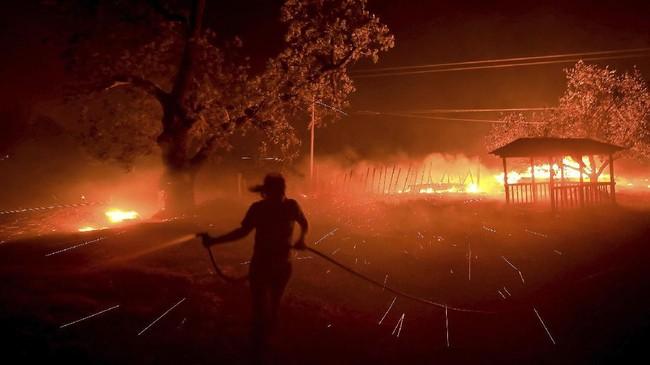 Si jago merah dengan cepat merembet hingga menghanguskan 2.023 hektar lahan di sekitar Santa Clarita. (Kent Porter/The Press Democrat via AP)