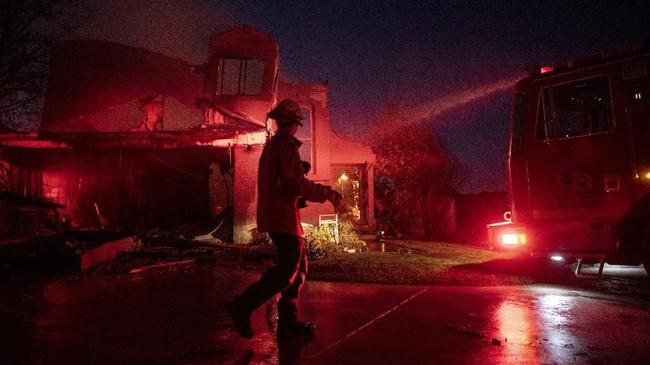 Kebakaran ini terjadi ketika California memang sedang dalam kondisi darurat karena angin kencang dan suhu udara tinggi. Dengan tingkat kelembaban yang juga rendah, kebakaran sangat mudah terjadi. (AP Photo/Christian Monterrosa)