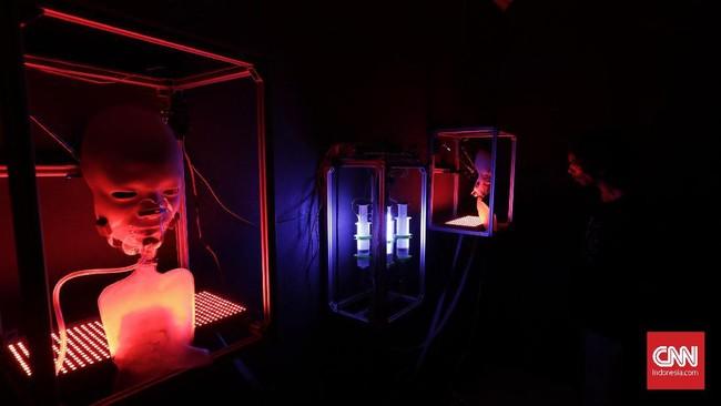 Pameran menghadirkan video pertunjukan seniman Australia, Stelarc, yang dikenal melalui eksperimen menggunakan tubuh. (CNN Indonesia/ Adhi Wicaksono)