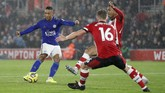 Setelah unggul jumlah pemain, Leicester City menambah gol. Youri Tielemans (kiri) membuat skor menjadi 2-0 setelah mencetak gol dari dalam kotak penalti. (AP Photo/Alastair Grant)
