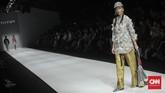 Di gelaran JFW, tiga desainer Indonesia Fashion Forward, yaitu Peggy Hartanto, IKYK, dan Toton menghadirkan koleksi terbaru mereka. (CNN Indonesia/Bisma Septalisma)