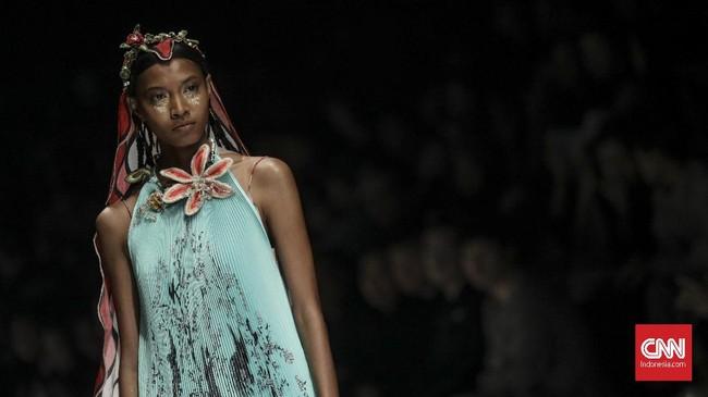 Toton memilih menghadirkan 20 looks yang terinspirasi dari dunia mimpi yang digabungkan dengan kondisi nyata saat ini. (CNN Indonesia/Bisma Septalisma)