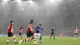 Gol dari dalam kotak penalti juga menjadi pengubah angka di papan skor untuk kali ketiga. Finishing touch Ayoze Perez pada menit ke-19 membuat Leicester unggul 3-0.(AP Photo/Alastair Grant)