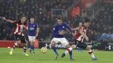 Bomber Leicester, Jamie Vardy, baru mencetak gol pada menit ke-45 sekaligus mengubah skor menjadi 5-0. (AP Photo/Alastair Grant)