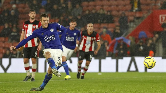 Pesta gol Leicester ditutup oleh gol penalti Vardy pada menit akhir pertandingan. Vardy pun mencetak tiga gol dalam laga ini. Tiga poindari kandang Southampton membuat Leicester kini menempati peringkat kedua, dengan 20 poin. (AP Photo/Alastair Grant)