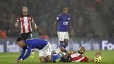 Dua menit setelah gol Chilwell, Southampton harus bermain dengan 10 orang. Ryan Bertrand dikeluarkan wasit Andre Marriner setelah melakukan tekel kepada Ayoze Perez.(AP Photo/Alastair Grant)
