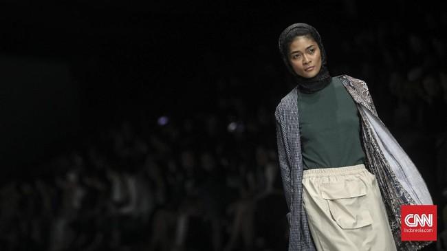 Berbeda dengan kedua rekannya, Putri dari IKYK yang memang berfokus pada busana modest memilih koleksi yang terinspirasi dari Afrika. (CNN Indonesia/Bisma Septalisma)