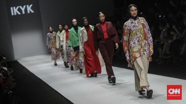 IKYK banyak bermain dengan padu padan warna dalam satu outfit dengan tambahan detail pleats, oversize, dan animal prints. (CNN Indonesia/Bisma Septalisma)