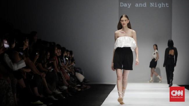 Look didominasi celana palazo sepinggang dengan aksen tali. Meski busana terkesan formal, mereka memberikan 'twist' dengan backless. (Foto: CNN Indonesia/Adhi Wicaksono)
