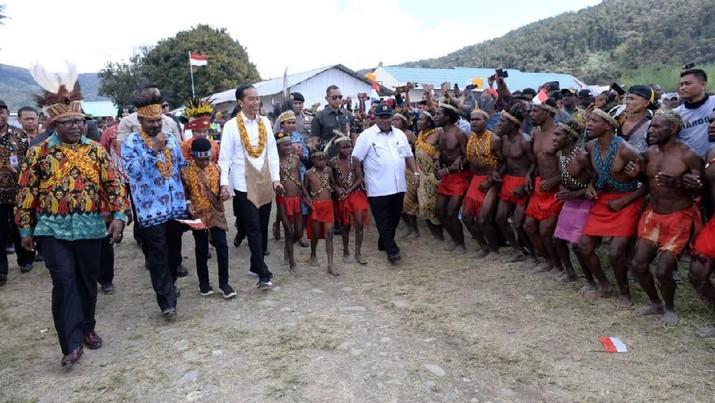 Sambangi Pegunungan Arfak Papua, Jokowi Disambut Tarian Khas
