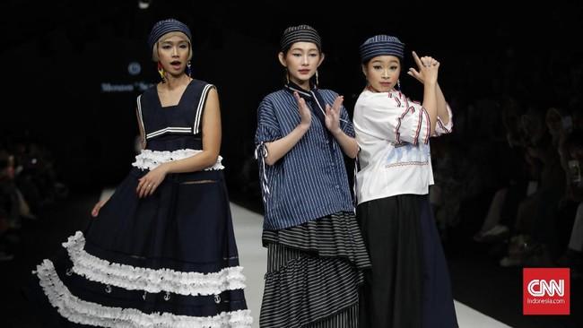 Indonesia Fashion Forward (IFF) kembali mempersembahkan peragaan busana di Jakarta Fashion Week (JFW) 2020. Pada fase pertama, penonton diajak menyelami busanaa-busanaready to wearala ATS The Label, Monday to Sunday, dan COTTONINK X Studio Rama Dauhan pada Sabtu (26/10).(CNN Indonesia/Adhi Wicaksono)