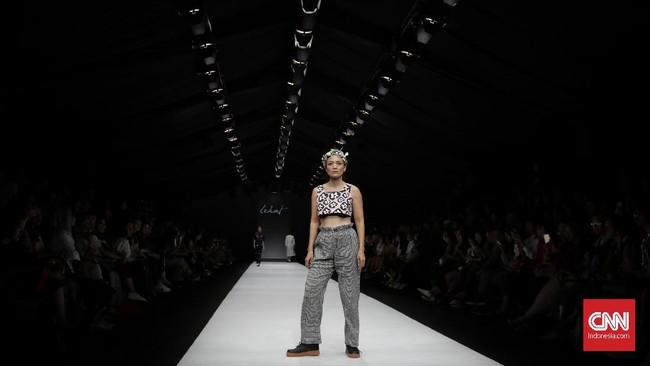 Meski menggunakan kain tradisional, Lekat mengaplikasikannya pada siluet-siluet modern seperti, celana high waist, crop top, juga terusan panjang. (Foto:CNN Indonesia/Adhi Wicaksono)
