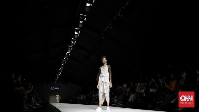 Potongan asimetri yang dihadirkan juga memberikan kesan androgini dan elegan bagi perempuan modern. (CNN Indonesia/Adhi Wicaksono)