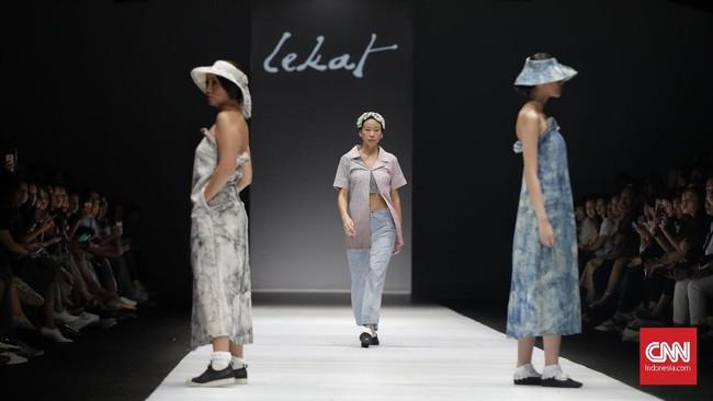Fase kedua pun ditutup dengan pertunjukkan label Lekat besutan Amanda Indah Lestari. Penonton pun dimanjakan dengan aneka kreasi menggunakan kain tradisional. (Foto:CNN Indonesia/Adhi Wicaksono)