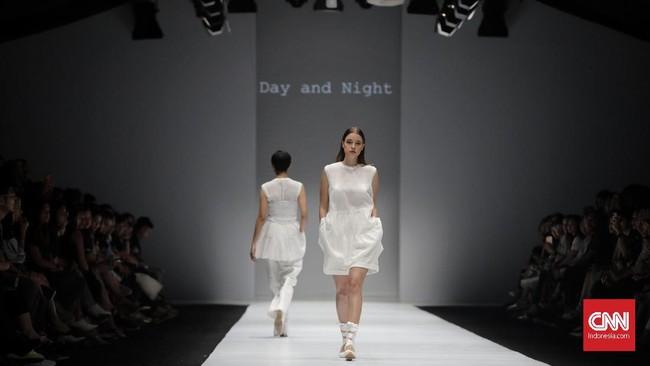 Sesuai namanya, Day and Night merepresentasikan dua sisi dalam sehari yakni siang dan malam. Masih membawa DNA label, Day and Night mengusung busana siap pakaiyang simpel dan modernnamunlekat dengan nuansaklasik. (CNN Indonesia/Adhi Wicaksono)