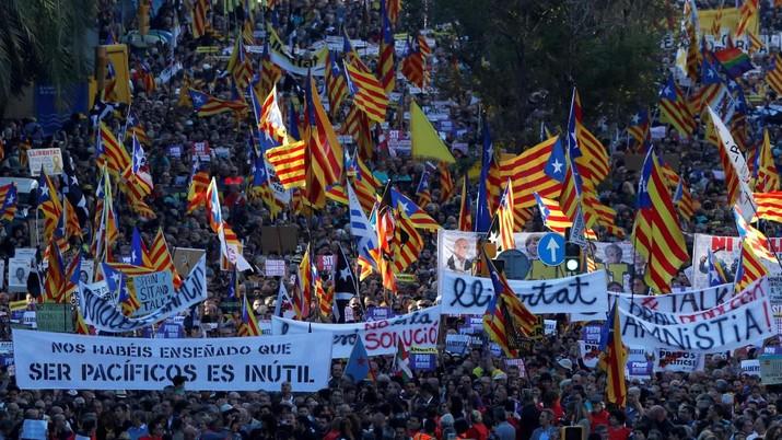Masyarakat pro-kemerdekaan Catalonia adakan aksi protes damai di Barcelona atas penangkapan pemimpin separatis Catalonia, dipadati hampir setengah juta orang
