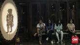 Pertunjukan tersebut merupakan kolaborasi antara perupa kontemporer, Eko Nugroho dengan seniman-seniman teater dari Yogyakarta. (CNN Indonesia/Bisma Septalisma)